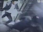 Clip Eva - Người phụ nữ bị đánh đập dã man trước mặt con trong thang máy