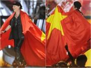 Làng sao - Huyền thoại Scorpions khoác quốc kỳ Việt Nam làm hàng nghìn khán giả hô vang trời