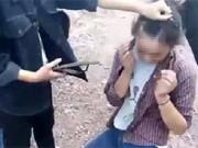 Nhóm nữ sinh dùng dép đánh giữa mặt bạn một cách dã man