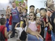 Làng sao - Huyền thoại võ thuật Chuck Liddel dùng tay nâng một lúc 8 em nhỏ ở Nha Trang