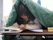 Tin tức - Ai đi qua cũng chững lại trước hình ảnh cô bé ăn xin 6 tuổi trùm chăn ngồi học bên đường