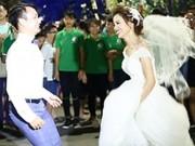 Cô dâu, chú rể nhảy dây khiến phố đi bộ Hà Nội tắc đường