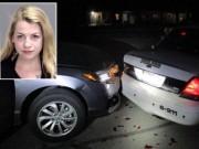 Tin tức - Chụp ảnh ngực trần trong lúc lái xe, thiếu nữ tông xe cảnh sát