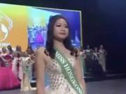 Thời trang - Hoa hậu Hồng Kông bị chê cười vì màn catwalk như mộng du