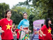 Làng sao - Hoa hậu Ngọc Hân, Mỹ Linh cùng Á hậu Thanh Tú mặc áo dài nhảy flashmob ở Hồ Gươm
