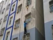 Tin tức - Người đàn ông tay không leo lên tầng 3 giải cứu bé trai kẹt cổ rơi ngoài ban công