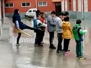 Tin tức - Phẫn nộ cô giáo Trung Quốc đạp học sinh vì không làm bài tập về nhà