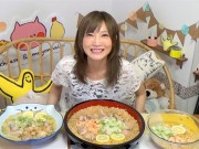 """Bếp Eva - """"Mỹ nhân phàm ăn"""" số 1 Nhật Bản gây xôn xao với clip ăn 5kg mì ăn liền Việt Nam"""