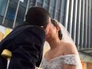 Tin tức - Lễ cưới xúc động: Chú rể cụt chân vẫn nguyện quỳ gối cầu hôn cô dâu