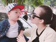 Con trai Ly Kute cười tít siêu đáng yêu bên mẹ trên phố đi bộ