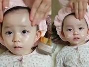 Clip Eva - Video: Cô bé nhỏ nhắn được mẹ mát xa mặt vô cùng đáng yêu