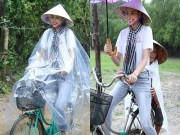 Làng sao - HH Phạm Hương chạy xe đạp chở cụ già trong cơn mưa tại Hà Tĩnh