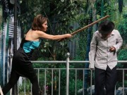 Ơn giời tập 2: Việt Trinh dùng gậy gỗ phang vào đầu Trường Giang