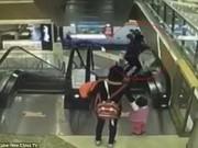 Tin tức - Video sốc: Bà tuột tay làm rơi cháu 4 tháng tuổi từ thang cuốn tầng 3 xuống đất