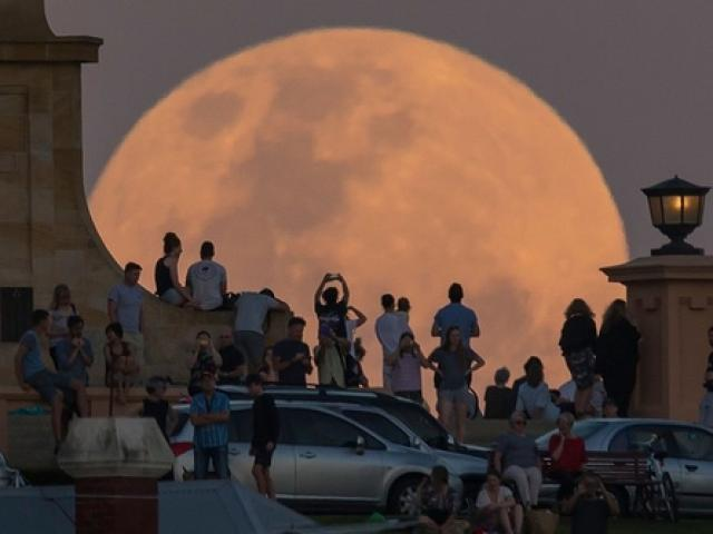 Những hình ảnh  & quot;siêu trăng thế kỷ & quot; đẹp lung linh trên bầu trời Việt Nam và thế giới