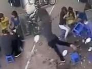 Clip Eva - Hà Nội: Đang ngồi ăn trên vỉa hè bị ống nước lớn rơi giữa mâm