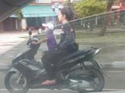 Tin tức - Bé trai 5 tuổi lái xe máy chở người phụ nữ phía sau khiến người đi đường đứng tim