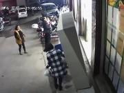 Tin tức - Tủ đựng đồ trước siêu thị bất ngờ đổ xuống, đè chết bé trai 6 tuổi