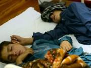 Tin tức - Mắc bệnh lạ, cặp anh em bị liệt khi Mặt trời lặn