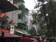 Tin tức - Cháy nhà 4 tầng ở Trần Khát Chân, khói đen cuộn kín trời