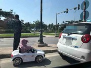 Làm mẹ - Rùng mình cảnh ông bố hồn nhiên cho con đi xe đồ chơi xuống lòng đường