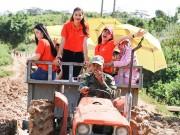Làng sao - Phạm Hương, Nam Em giản dị cưỡi máy cày giữa trưa nắng đi từ thiện