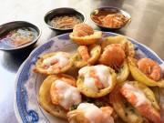 Đi ăn hàng bánh khọt vỉa hè có tôm nhảy  & quot;khổng lồ & quot; to nhất Sài Gòn