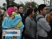 Tin tức - Chồng bế con thơ, vợ xếp hàng săn vé đội tuyển Việt Nam