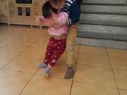 Tin tức - Đi chữa viêm phổi, bé gái 2 tuổi bất ngờ bị liệt hoàn toàn chân phải