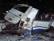 Tin tức - Xe bus và xe tải đâm nhau kinh hoàng, 9 em bé chết thảm
