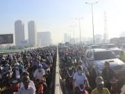 Tin tức - Tai nạn xe khách khiến hàng nghìn người Sài Gòn chôn chân trên cầu