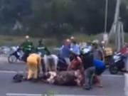 """Tin tức - Ngán ngẩm chuyện """"hôi của"""": trâu bị tai nạn chết giữa đường, dân xúm vào xẻ thịt mang về nhà"""