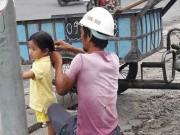 """Làm mẹ - Bức ảnh người bố công nhân buộc tóc cho con gái khiến cư dân mạng """"tan chảy"""""""