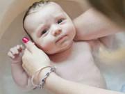 Làm mẹ - Cách tắm cho trẻ sơ sinh mùa đông chuẩn từng bước một để không gây hại sức khỏe