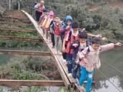 Tin tức - Thót tim cảnh học sinh đến trường qua cầu treo rộng bằng gang tay