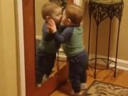 Clip Eva - Em bé đáng yêu ôm lấy gương hôn suốt nửa tiếng đồng hồ không biết chán