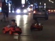 """Tin tức - Hai em bé lái xe """"mui trần"""" lạng lách ở Hà Nội"""
