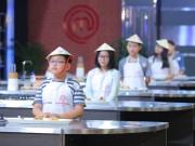 """Quốc Huân """"lạc đề"""", Minh Anh tiến thẳng vào chung kết Vua đầu bếp nhí"""