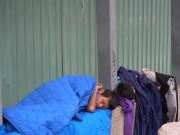 Tin tức - Nhói lòng nhìn cảnh hai trẻ mồ côi co ro ngủ tại nhà chờ xe bus trong cái lạnh Sài Gòn