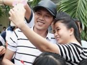 Hoài Linh phải dừng quay phim vì người dân vây quanh chụp ảnh