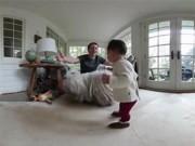 Clip Eva - Video: Ông chủ Facebook khoe những bước đi đầu tiên của con gái