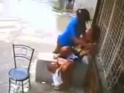 Tên cướp giật điện thoại trên tay người mẹ khiến đứa bé ngã đập đầu xuống đường