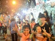 Người Sài Gòn thích thú với tuyết rơi trắng trời mùa Noel