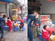 Tin tức - Lộ video ông bố địu con nhặt rác dùng thắt lưng đánh con dã man trước quán ăn