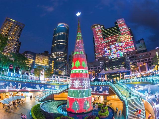 """Ngỡ ngàng, tòa nhà 30 tầng được """"gói"""" trong hộp quà Noel"""
