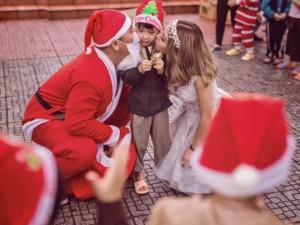 Ấm lòng bộ ảnh cưới Giáng sinh bên trẻ em nghèo của đôi vợ chồng 9x