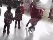 Clip Eva - Phẫn nộ cảnh 2 bé học sinh mẫu giáo bị cô giáo đá tới tấp