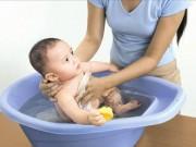 Tin tức cho mẹ - Mách mẹ cách tắm cho bé chuẩn bài