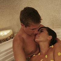Có nên hôn vào chỗ kín của vợ?