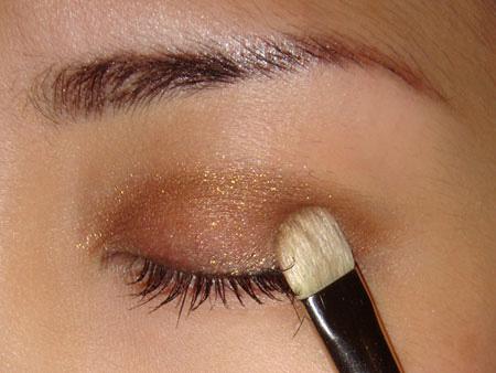 Trang điểm mắt khói với màu nâu vàng - 4